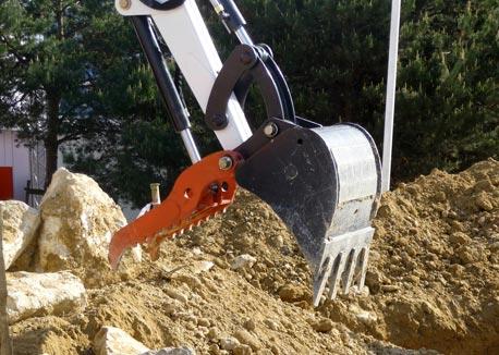 Eenvoudig puin ruimen met de nieuwe Bobcat klem - BouwMachines