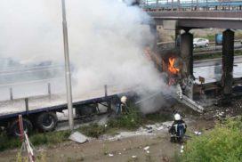 Brandende vrachtwagen (foto's)