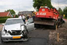 Auto en graafmachine botsen in Heerenveen