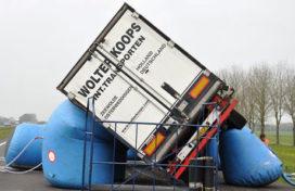 Vrachtwagen gekanteld in Bolsward