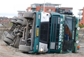 Vrachtwagen kantelt in Appingedam