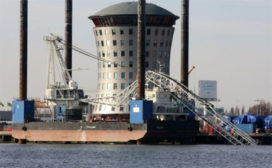 Mammoetkraan op schip breekt af