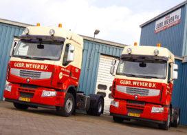 Twee Renault Premium Lander trucks voor Wever