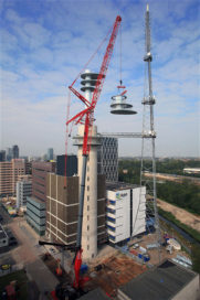 Hoogste hijskraan komt in actie voor KPN-toren