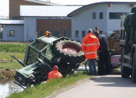 Tractor zoekt berm op