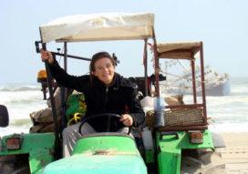 Meisje op een 33 jaar oude tractor naar de Zuidpool