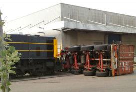 Trein rijdt vrachtwagen omver in Oosterhout