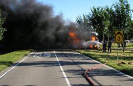 Truck en oplegger volledig uitgebrand