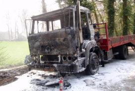 Kleine vrachtwagen vat vlam in Haarlo
