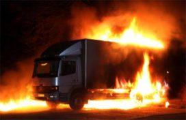 Drie vrachtwagens in brand gestoken