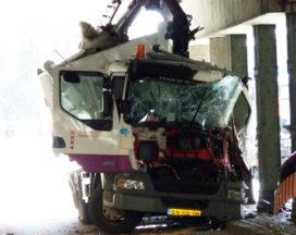 Vrachtwagen klem onder viaduct