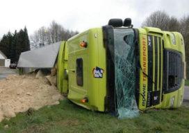 Vrachtwagen met mergel gekanteld op oprit snelweg