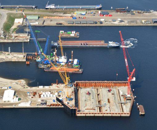 De bouwkuip voor het binnenhoofd van de nieuwe zeesluis. Hier wordt een betonnen afzinkbare caisson opgebouwd. Uiteindelijk moet de constructie, met wanden van 7 meter dik, naar een diepte van 25 meter onder NAP worden gebracht. (Foto: Topview Fotografie)