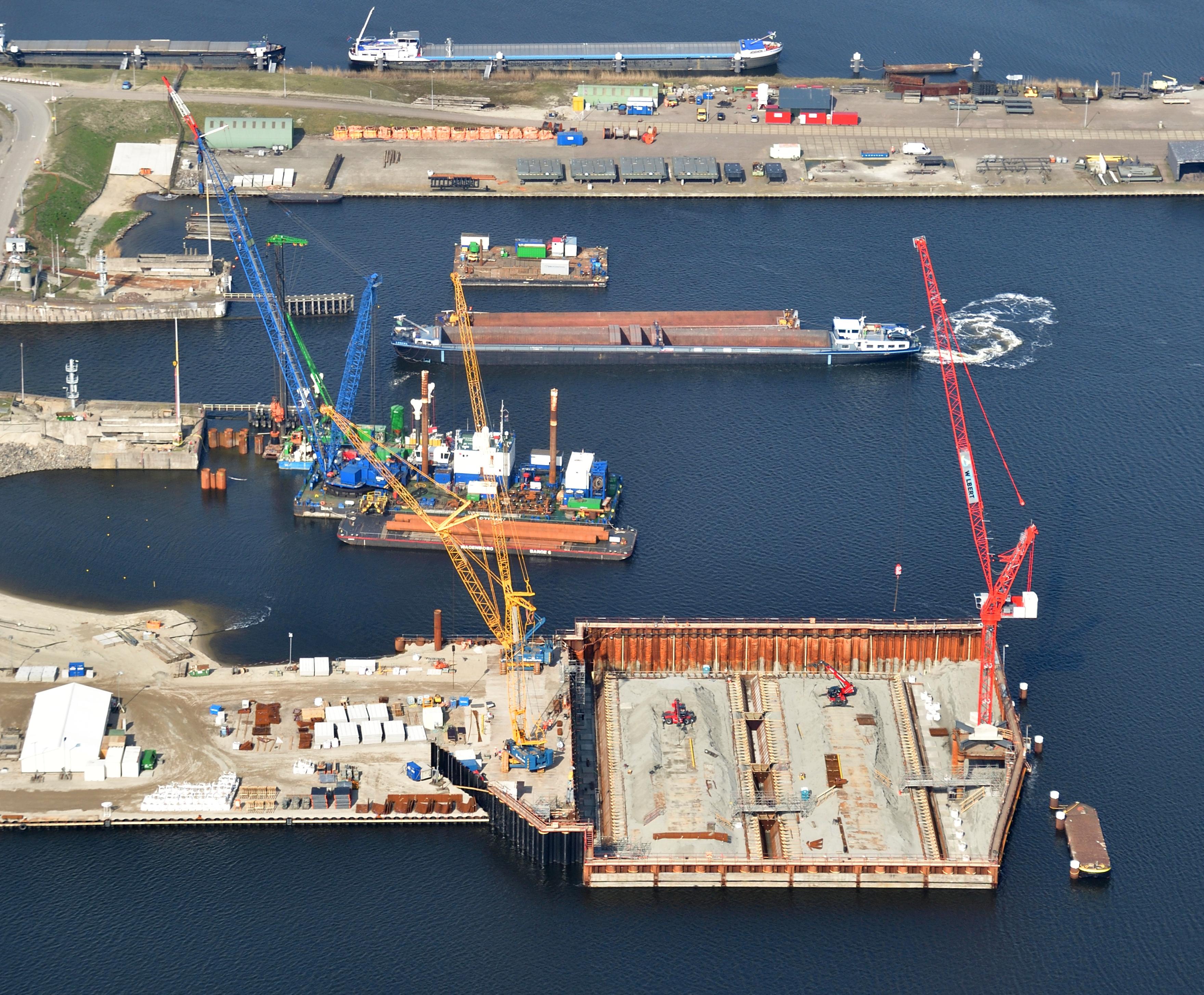 <p>De bouwkuip voor het binnenhoofd van de nieuwe zeesluis. Hier wordt een betonnen afzinkbare caisson opgebouwd. Uiteindelijk moet de constructie, met wanden van 7 meter dik, naar een diepte van 25 meter onder NAP worden gebracht. (Foto: Topview Fotografie)</p>