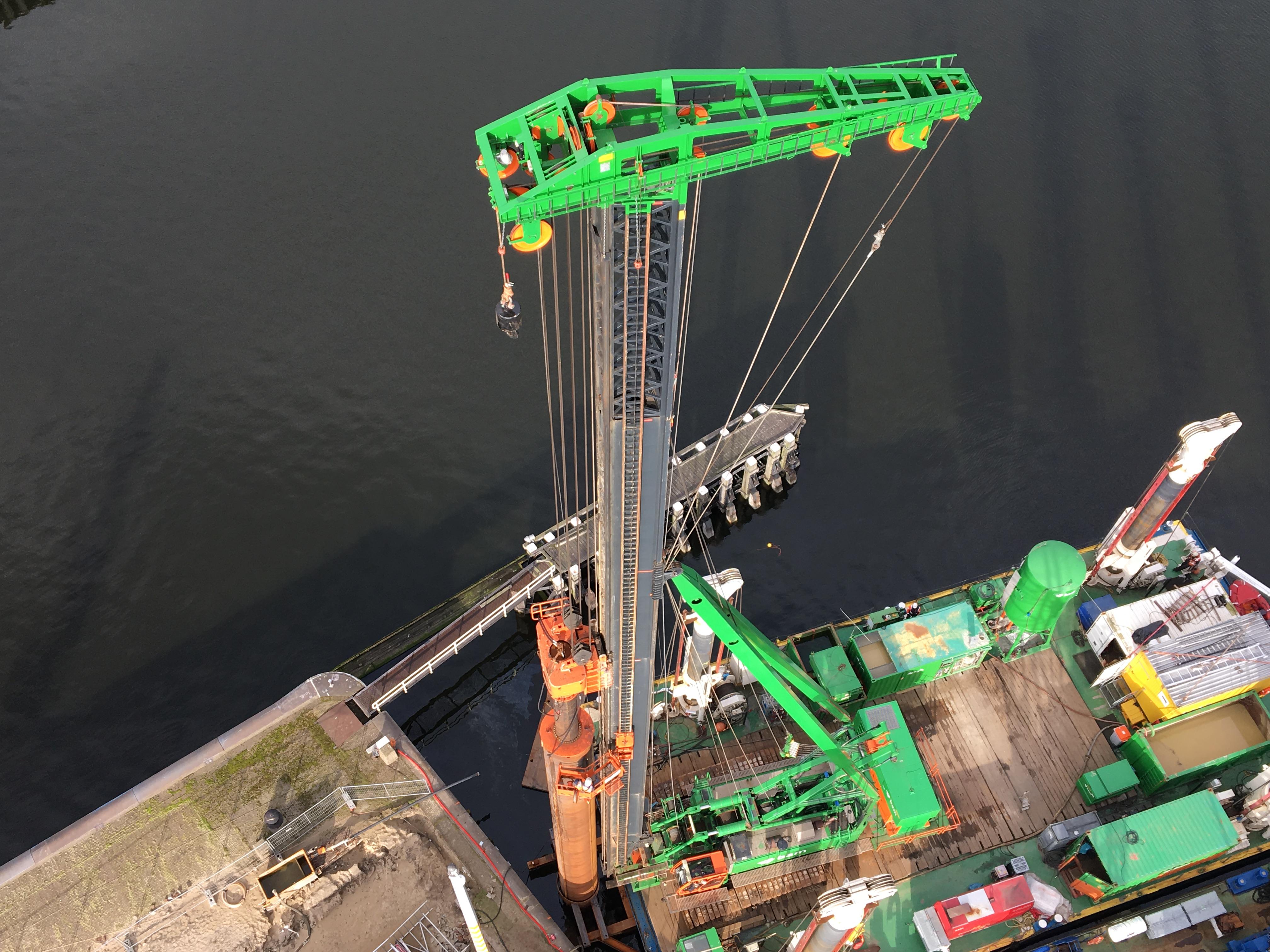 <p>De bouw van de nieuwe zeesluis vraagt om slimme bouwmethoden die zo min mogelijk trillingen veroorzaken. Elf buispalen worden tot -38 meter geboord, de overige buispalen worden de bodem ingetrild. (Foto: Roel Schoonderwoerd)</p>