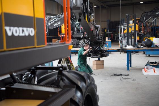 Een nieuwe machine wordt klaargemaakt voor aflevering in de werkplaats van SMT in Emmeloord.