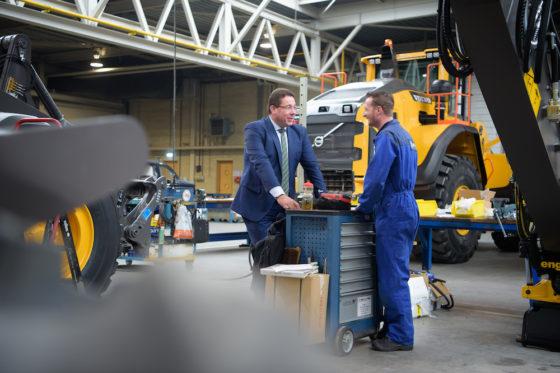 Heino Westdijk in gesprek met één van de medewerkers van SMT. 'Het personeel vormt de ruggengraat van ons bedrijf.'