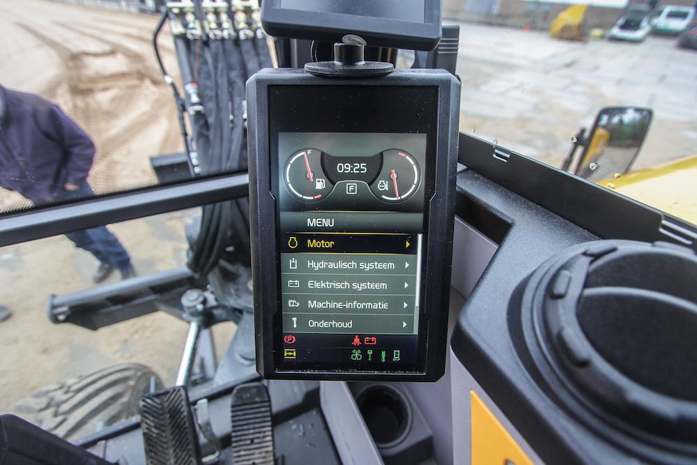 <p>In de cabine vormt het zeveninch scherm de schakel tussen machinist en techniek. Met de druktoetsen op de zijconsole bedien je het menu. En dat wijst zichzelf. Veel zaken zijn instelbaar, opvallend voor een machine in deze klasse.</p>
