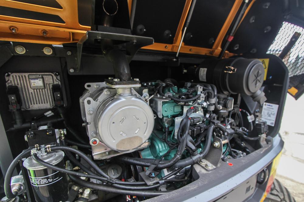 <p>De 2,6 liter viercilinder turbodiesel met intercooler komt van Kubota. De motor levert 61,5 pk (45 kW) en maakt gebruik van een partikelfilter.</p>