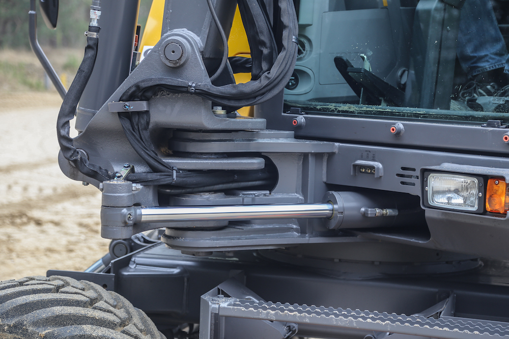 <p>Volvo monteert de offsetcilinder aan de binnenzijde van de machine, aan de linkerzijde van de giekvoet. Hier zit deze iets meer beschermd. Een detailverschil met sommige concurrenten.</p>