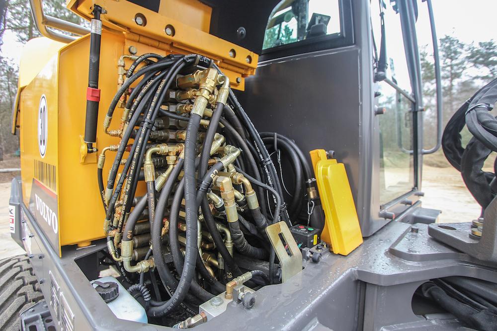 <p>Rechtsvoor is het ventielenblok te vinden. Tegen de achterzijde van de cabinewand is de brandstof-vulpomp met prima opbergmogelijkheid voor de slang. In het klein zoals in het groot.</p>