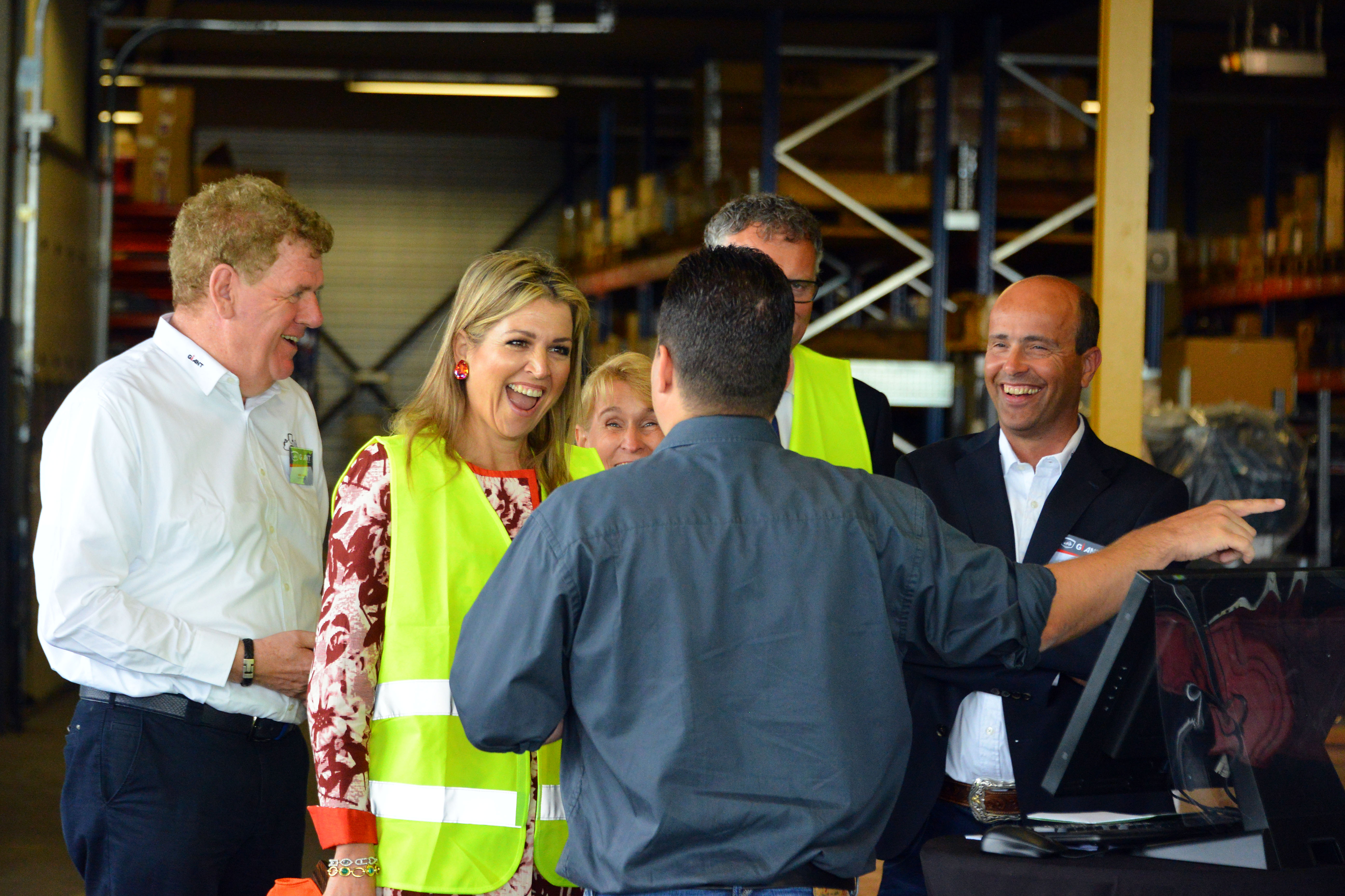<p>Tobroco-directeur Toine Brock (rechts) leidt een enthousiaste koning Maximá rond langs de productielijn.</p>