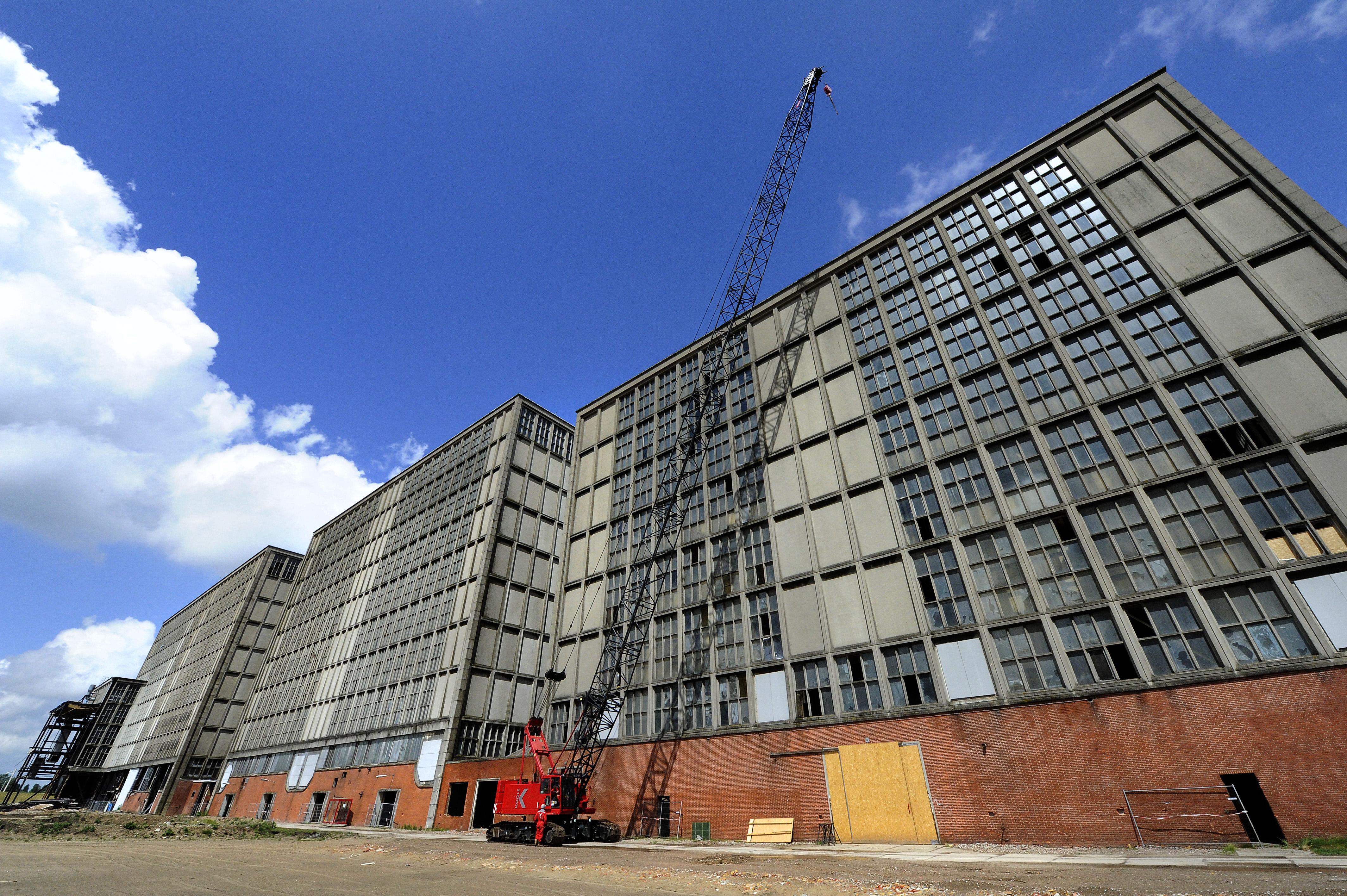 <p>De IJsselcentrale bestaat uit vier geschakelde gebouwen, die uit stalen spanten met daar tussen betonelementen zijn opgebouwd. Met de draadkraan worden zware lasten vanaf het 51 meter hoge dak van de IJsselcentrale getakeld.</p>
