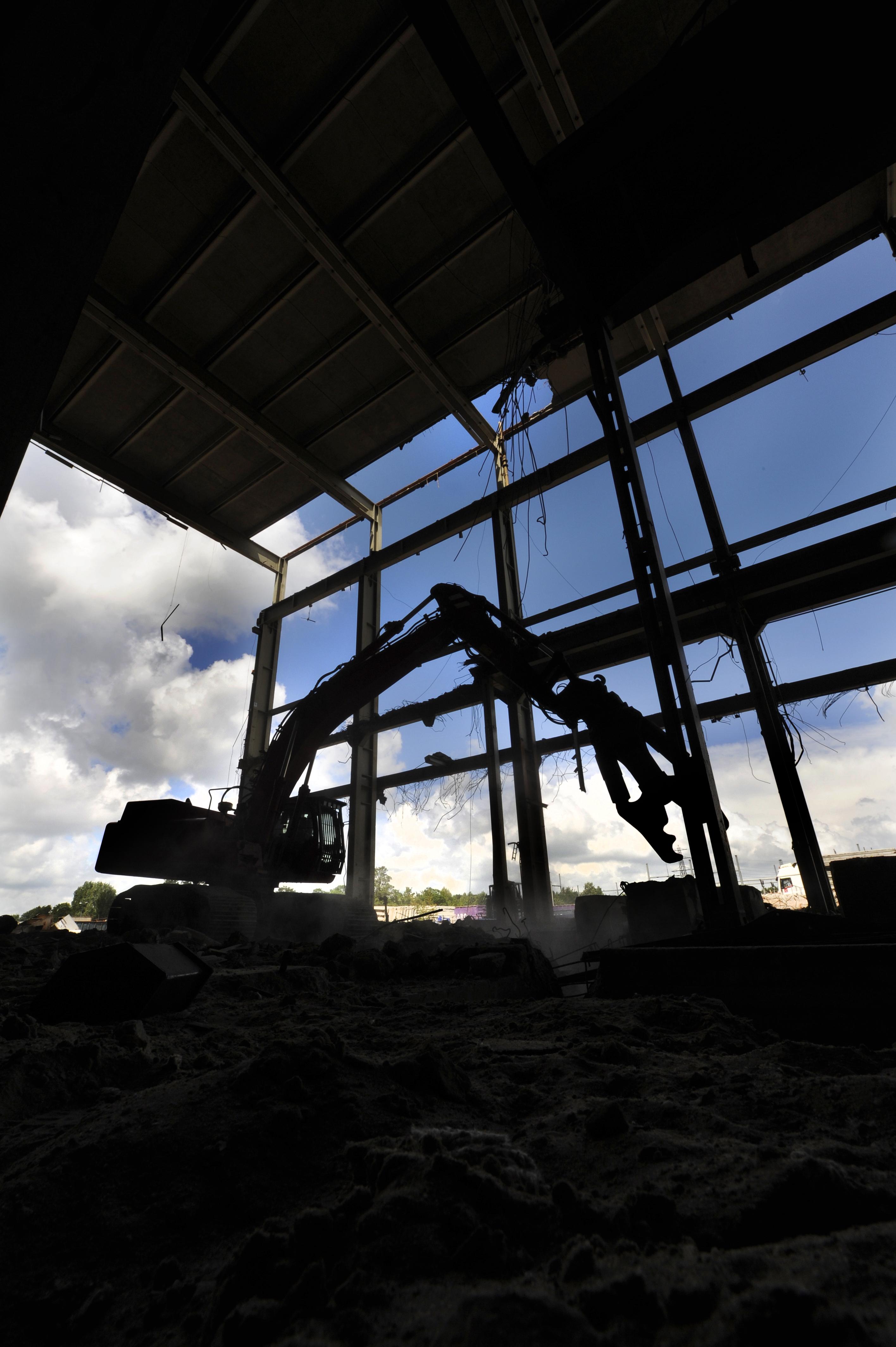<p>De IJsselcentrale is oerdegelijk gebouwd. Met behulp van snijbranders maken de medewerkers van Koole korte metten met de zware staanders en liggers. Vervolgens mogen de 50-tons rupskranen zich op het staal stukbijten.</p>