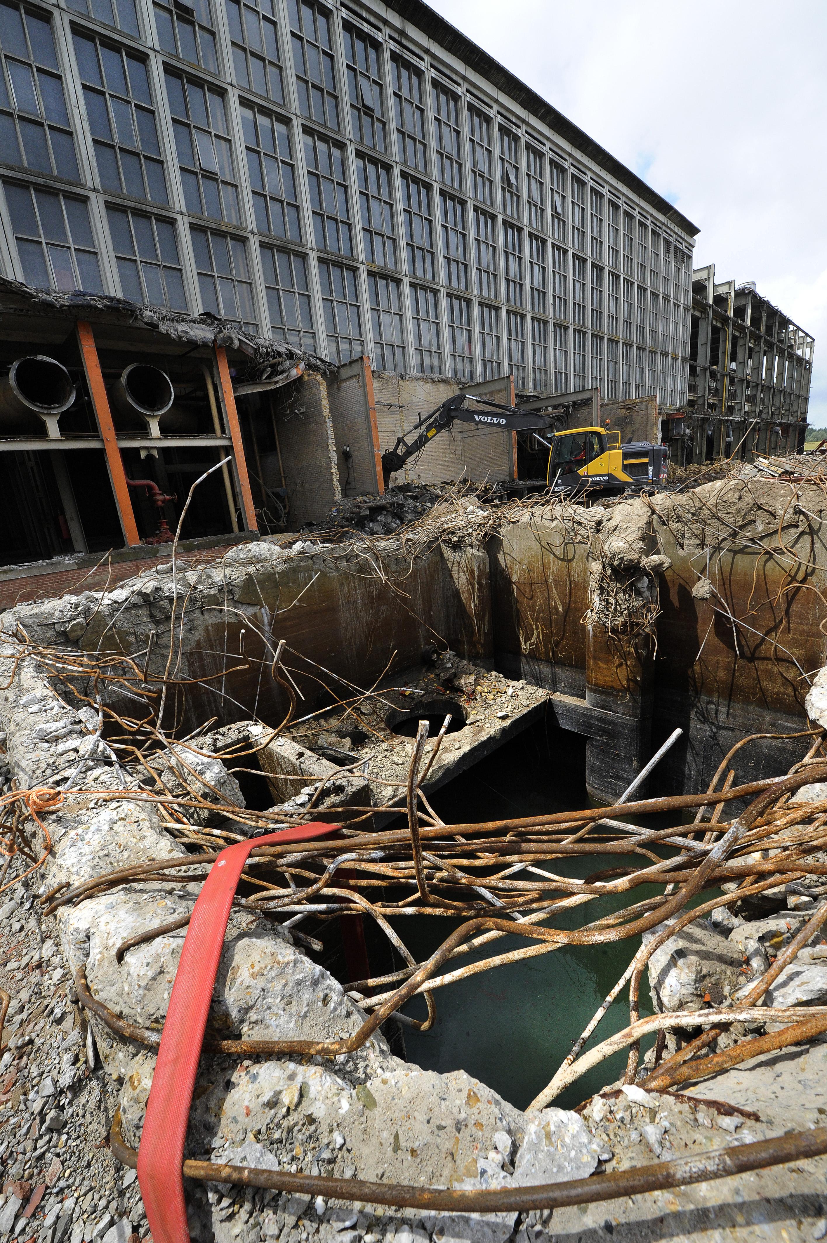 <p>Rondom de centrale bevinden zich nog verschillende betonputten. Deze worden deels verwijderd, maar blijven ook deels zitten. Koole sloopt namelijk alles tot anderhalve meter onder het maaiveld. Het restant van de put dat blijft zitten wordt – nadat de bodem is doorgeprikt – volgegooid met zand. </p>