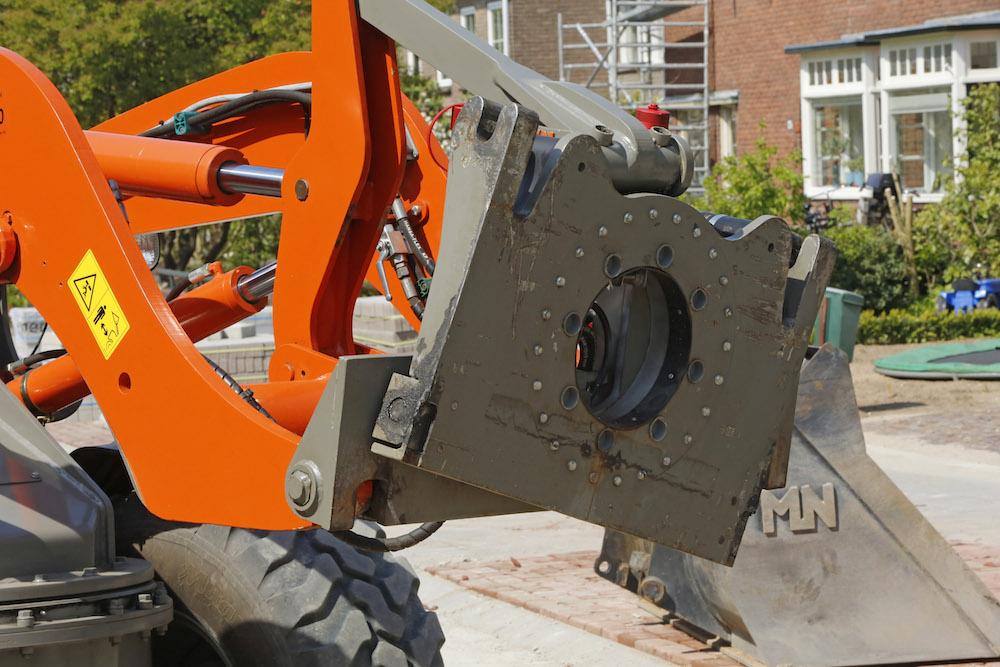 <p>Het systeem is ontwikkeld op basis van een draaikrans. Met behulp van hydraulische cilinders beweegt één van de twee schijven en kan de bak zijwaarts kantelen, aan beide zijden tot 20°.</p>