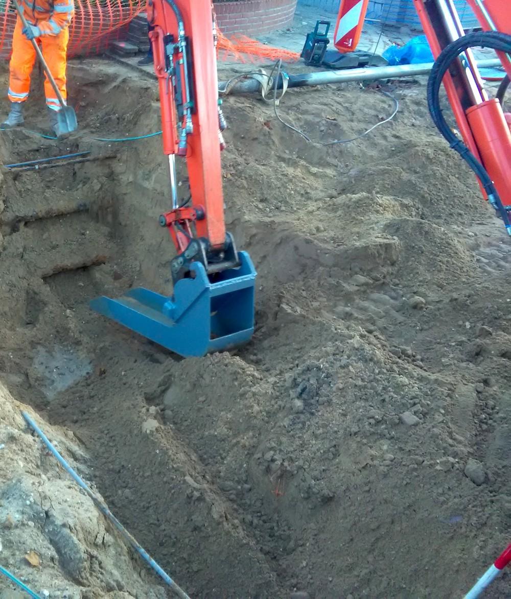 <p>Maik Pouwels bedacht een speciale graafmachinebak, waarmee kabels in de grond worden ontzien. De 50 cm brede bak hangt achterstevoren aan een Kubota minigraver. </p>