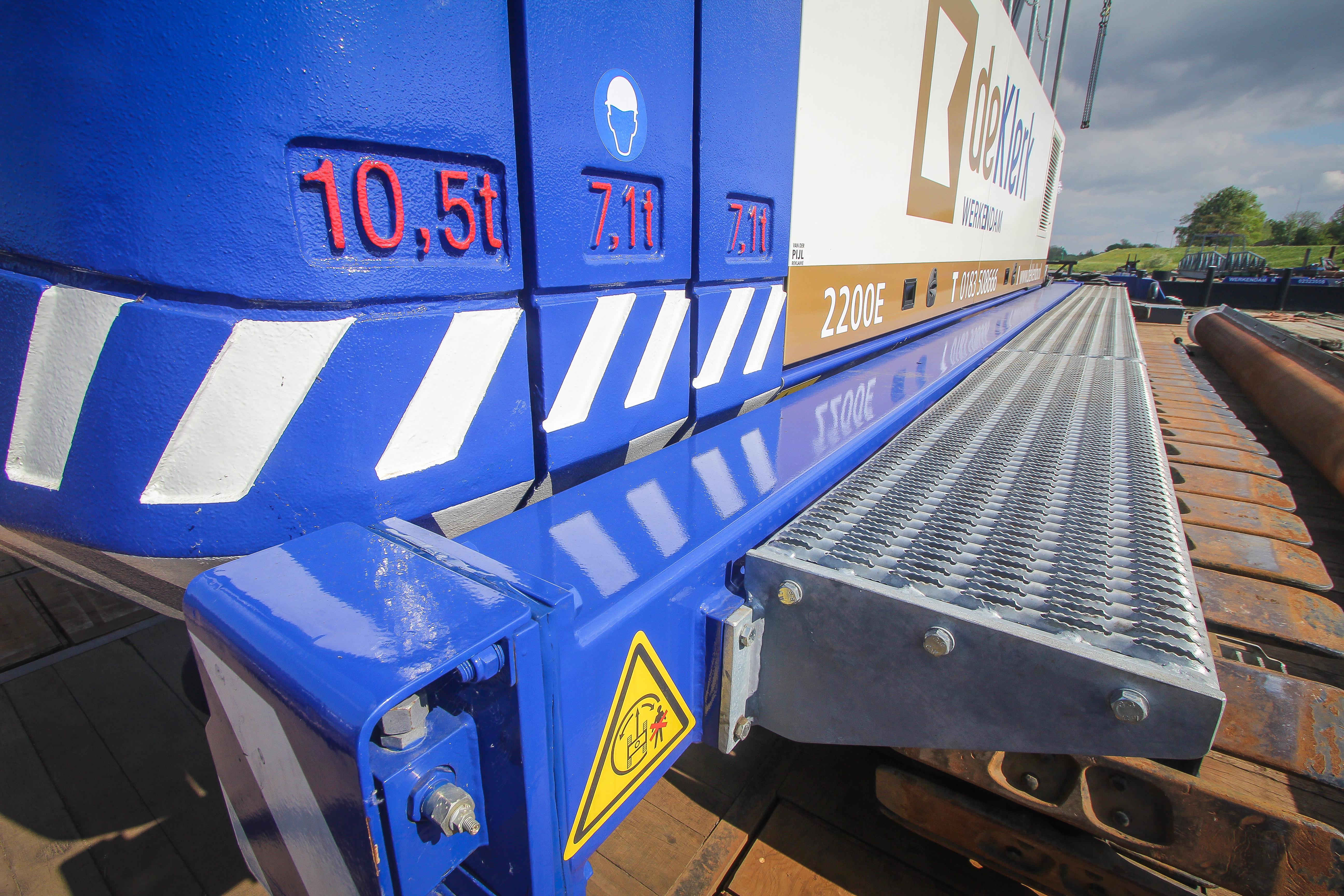 <p>De Sennebogen 2200E beschikt over een kleine 25 ton contragewicht. De fabrikant spoot de machine in de fabriek al in de bedrijfskleuren, inclusief een laag blanke lak. De treeplanken rondom zijn opgebouwd door Van den Heuvel.</p>