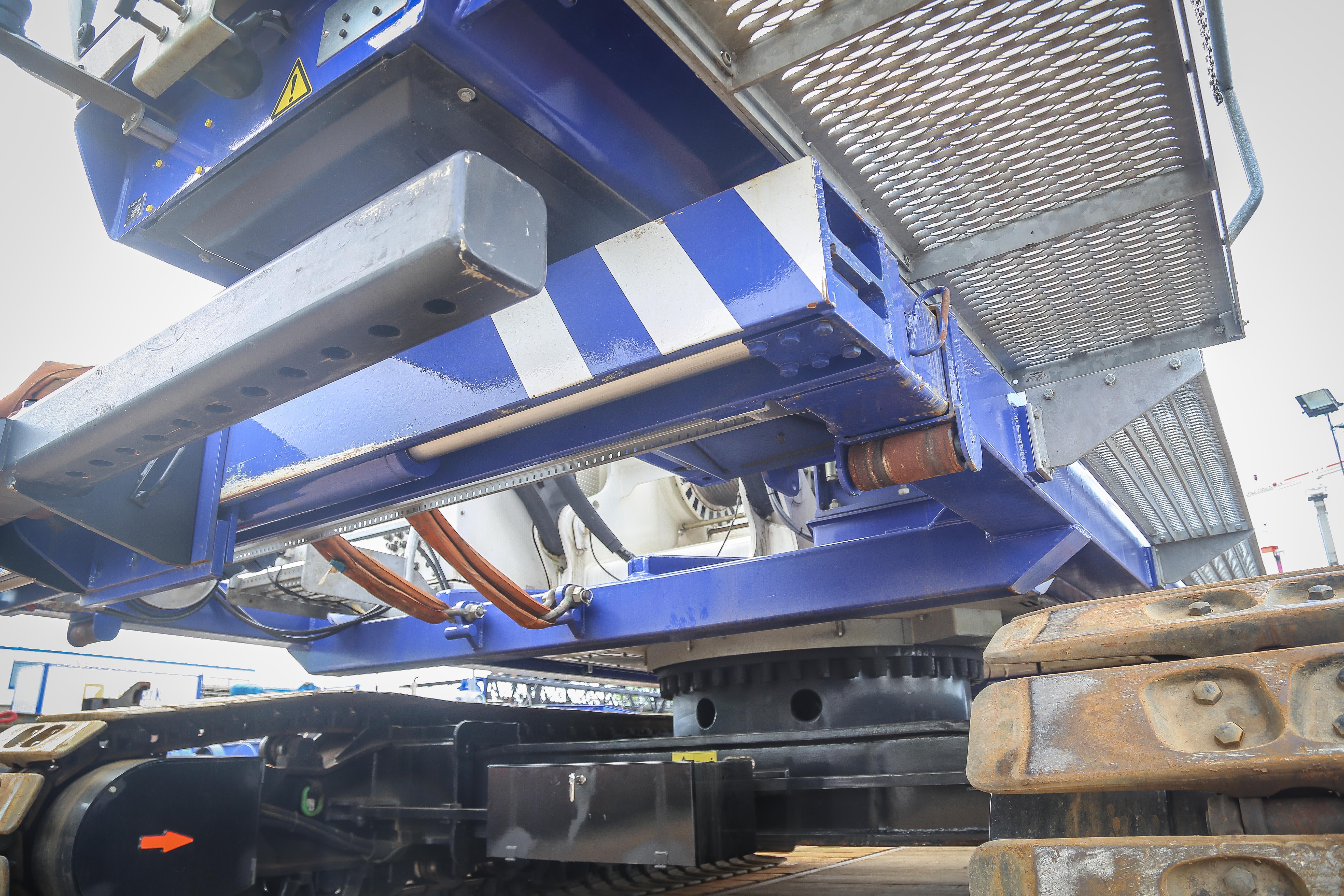 <p>Van den Heuvel bouwde de schuiftafel met 5,5 meter slag op. Af-fabriek bereidde Sennebogen de machine hier al op voor met extra hydrauliekventielen en leidingwerk. </p>
