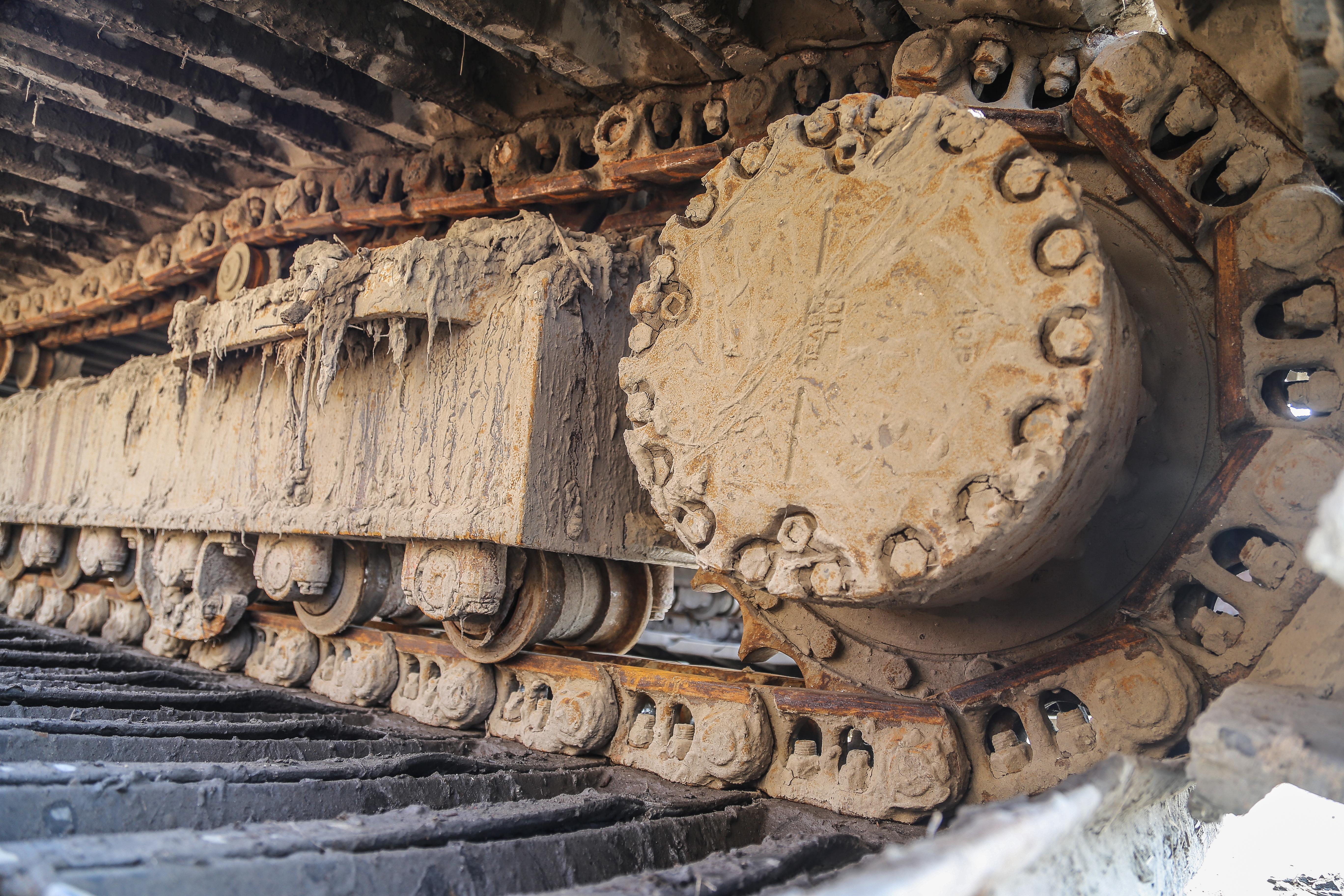 <p>Het werken in zout water komt met een prijs: de onderhoudskosten aan het rijwerk gaan flink omhoog.  Alle slijtdelen hebben veel te verduren, maar ook de krachten op het verlengde en verbrede rijwerk zijn veel groter dan normaal. De rijmotoren gaan daarom ook minder lang mee. </p>