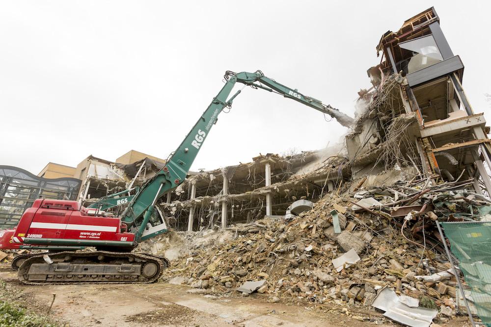 <p>De sloop van zware constructies vergt de inzet van zwaar materieel. RGS koos voor de bijna 70 ton zware Cat 349UHD met ruim 26 meter giek en de 35 ton wegende Hitachi ZX350-5.</p>