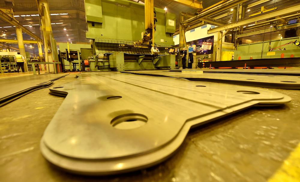 <p>Zijplaten van het chassis liggen klaar om gelast te worden.De productielijn van deverreikersverbruikt jaarlijks ruim 35.000 ton staal, dat opgaat aan het bouwen van chassis, stabilisatorpoten en zwaar belastbare gieken.</p>