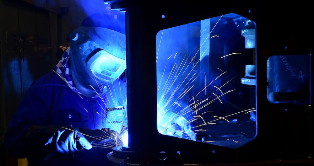 <p>Tot 70% van het laswerk aan de chassis en gieken wordt door lasrobots gedaan en lassers maken handmatig de overige 30% van de slecht toegankelijke lassen af.</p>