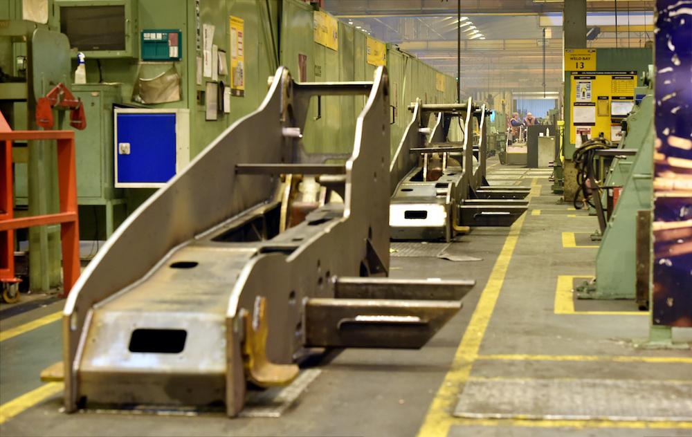 <p>Het einde van de productielijn van de chassis. Hierna volgt het spuitwerk.</p>
