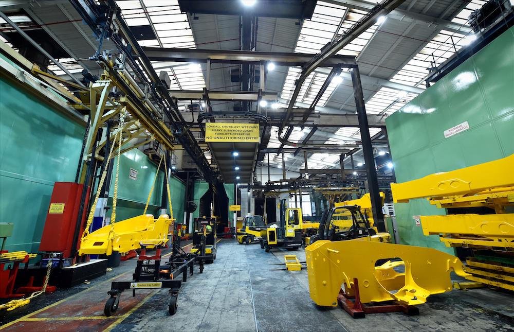 <p>Een gespoten chassis verlaat de verfstraat. In het verleden werden de machines pas na het afbouwen gespoten, maar nu worden alle componenten voorgelakt om de uiteindelijke lakkwaliteit te verbeteren.</p>