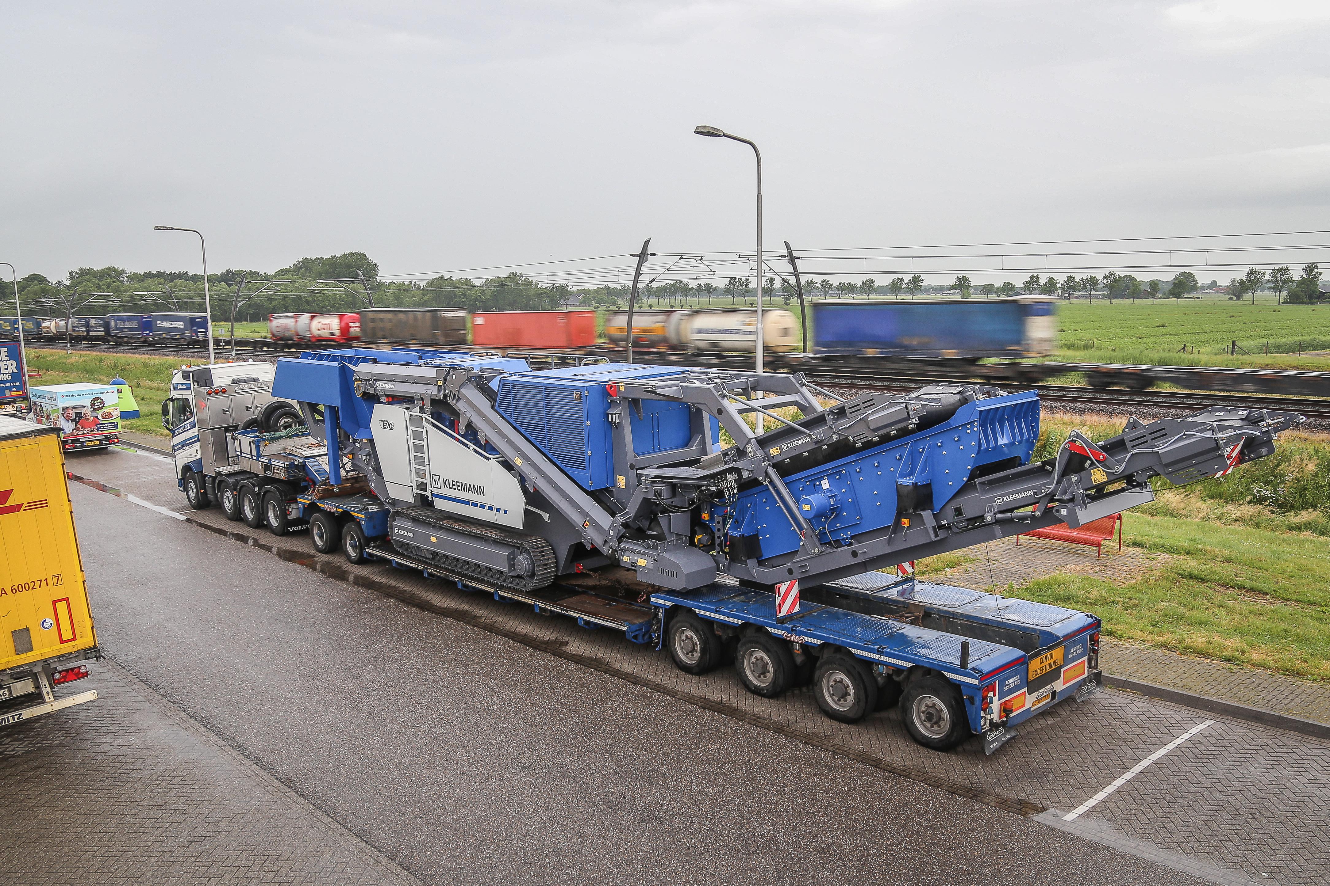<p>De lading bestaat vandaag uit een 56 tons Kleemann breker (MR110Z). Ondanks een combinatiegewicht van 100 ton slaat de I-shift-bak de kruipversnellingen op vlak terrein gewoon over.</p>