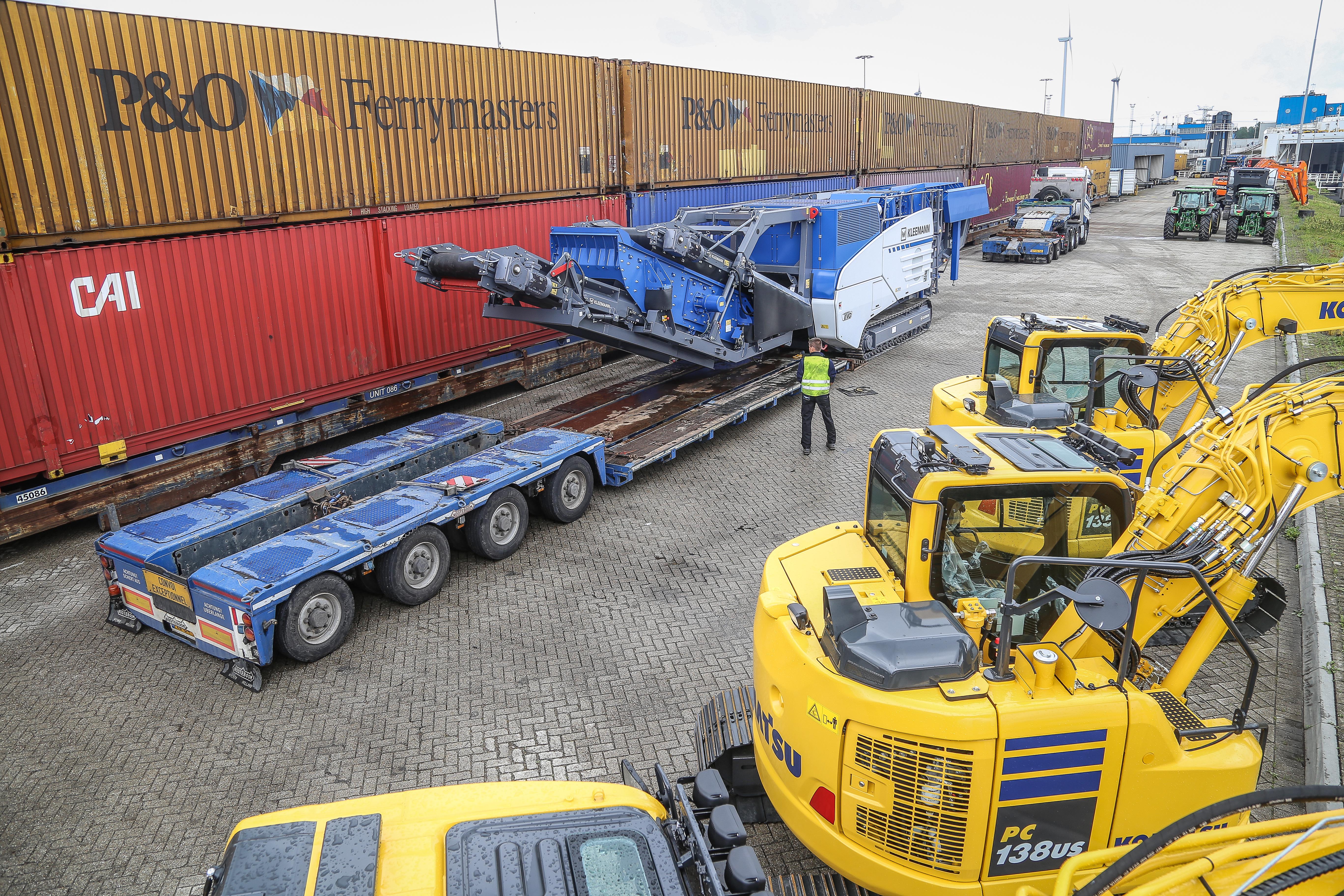 <p>In Rotterdam neemt de breker de P&#038;O-ferry naar Engeland, waar de machine is verkocht. Meerdere rupskranen van diverse merken nemen dezelfde boot. Om te lossen is de interdolly van het bed gekoppeld. </p>