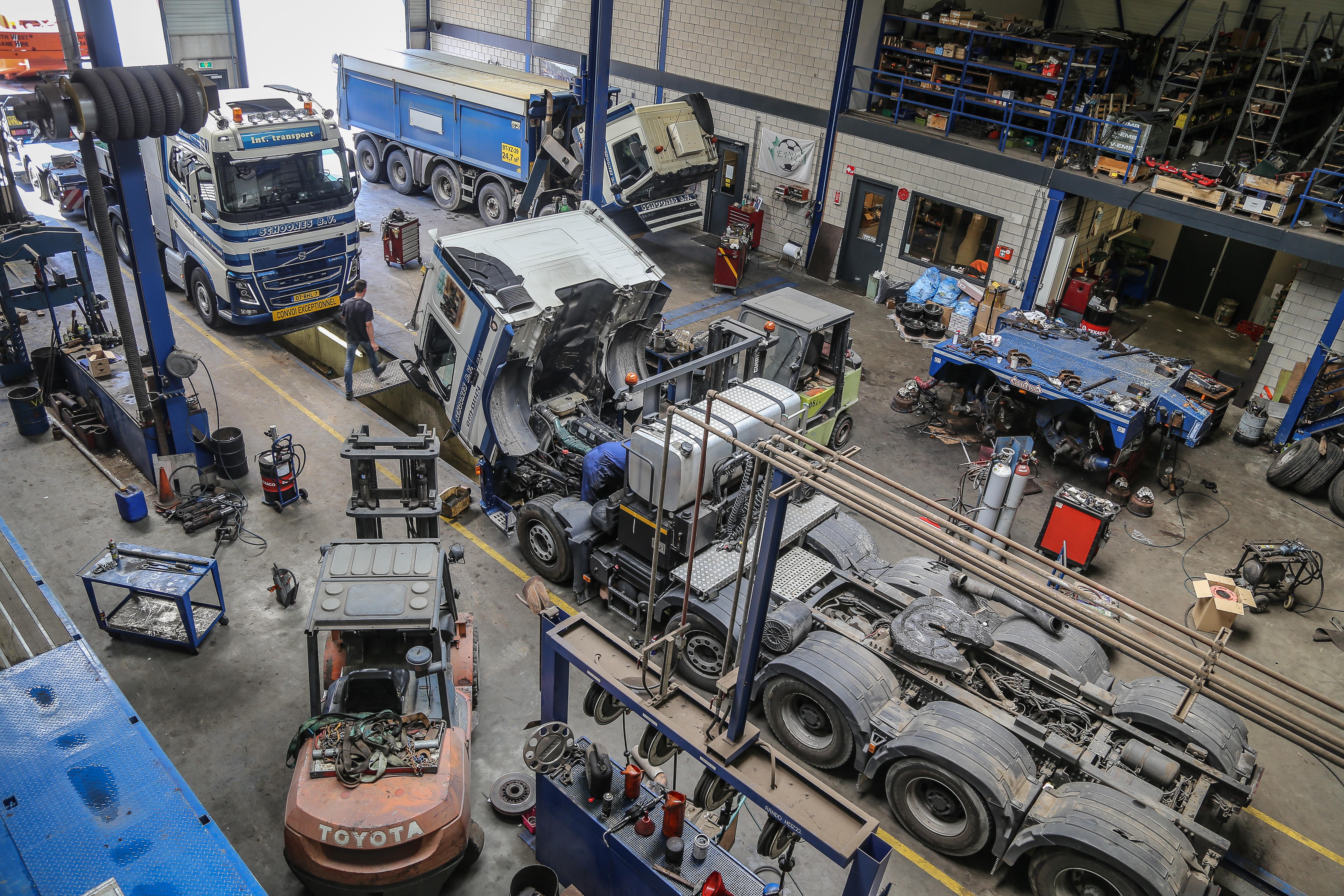 <p>Deze Volvo FM uit 2010 was een van de eerste vijfassers in het wagenpark. In eerste instantie met een Deense as, later is deze verruild voor een vaste vijfde as. Deze is door Estepe aan het chassis gebouwd. Nu Volvo alles af fabriek kan leveren, zijn zulke verbouwingen niet meer nodig. </p>