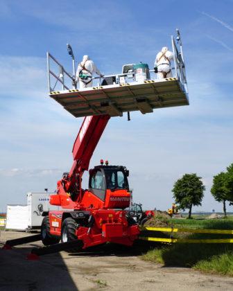 De ruim drie meter brede werkbak is aan beide zijden voorzien van vrijgaveschakelaars.