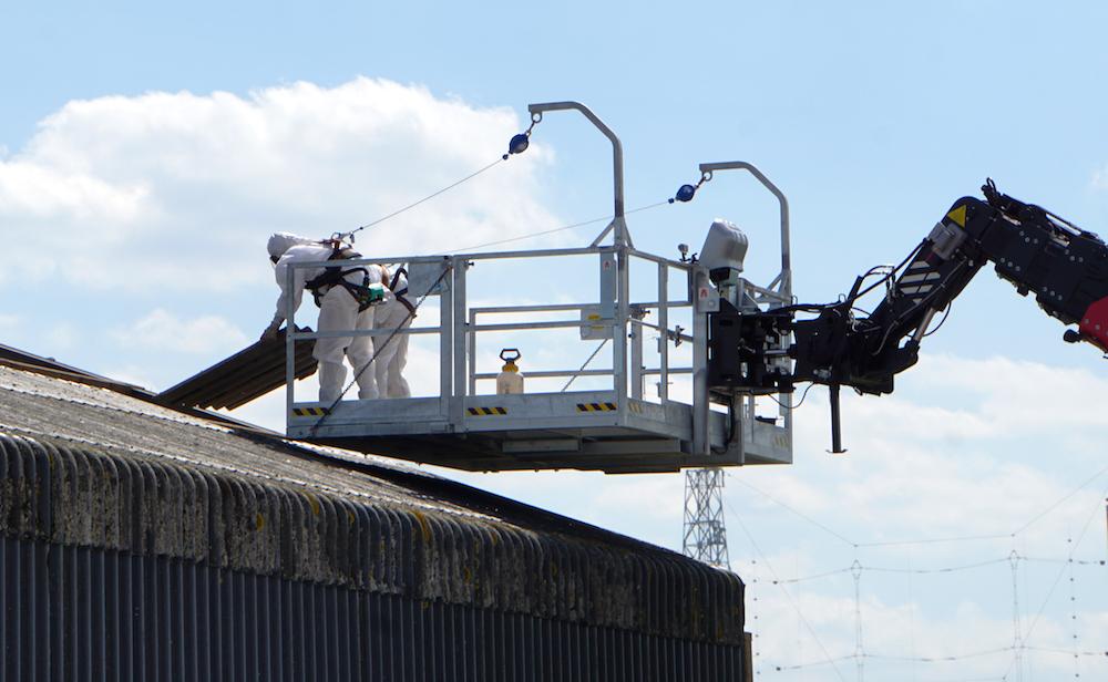 <p>De werkbakcapaciteit van 1000 kg is voldoende voor twee medewerkers plus een fors aantal golfplaten van asbestcement. </p>