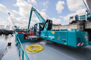 Bek & Verburg zamelt met kraanschepen afval in van zeeschepen. Jongste aanwinst van het Rotterdamse bedrijf is de Invotis IX, met op het dek een Atlas 350MH, waarvan de dieselmotor is vervangen door een elektromotor. Hiermee zet het bedrijf een belangrijke stap op het gebied van verlagen van de CO2-uitstoot en speelt het in op de wens van onder andere cruiseschepen om fluisterstil afval in te zamelen.