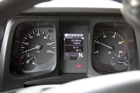 Informatief dashboard met alle aandrijffuncties keurig in beeld.