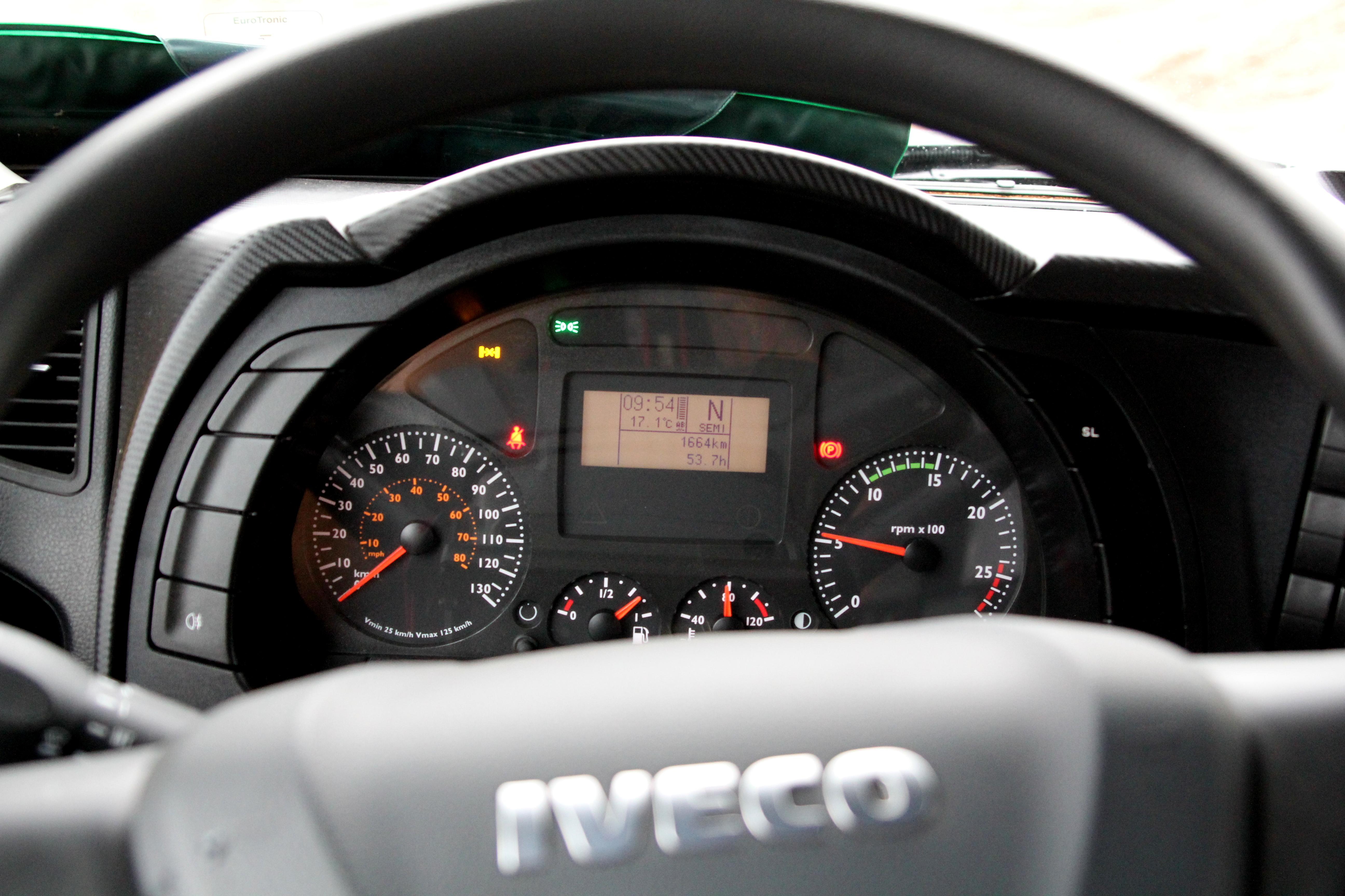 <p>Functioneel interieur met keurige displaybij de Iveco.</p>
