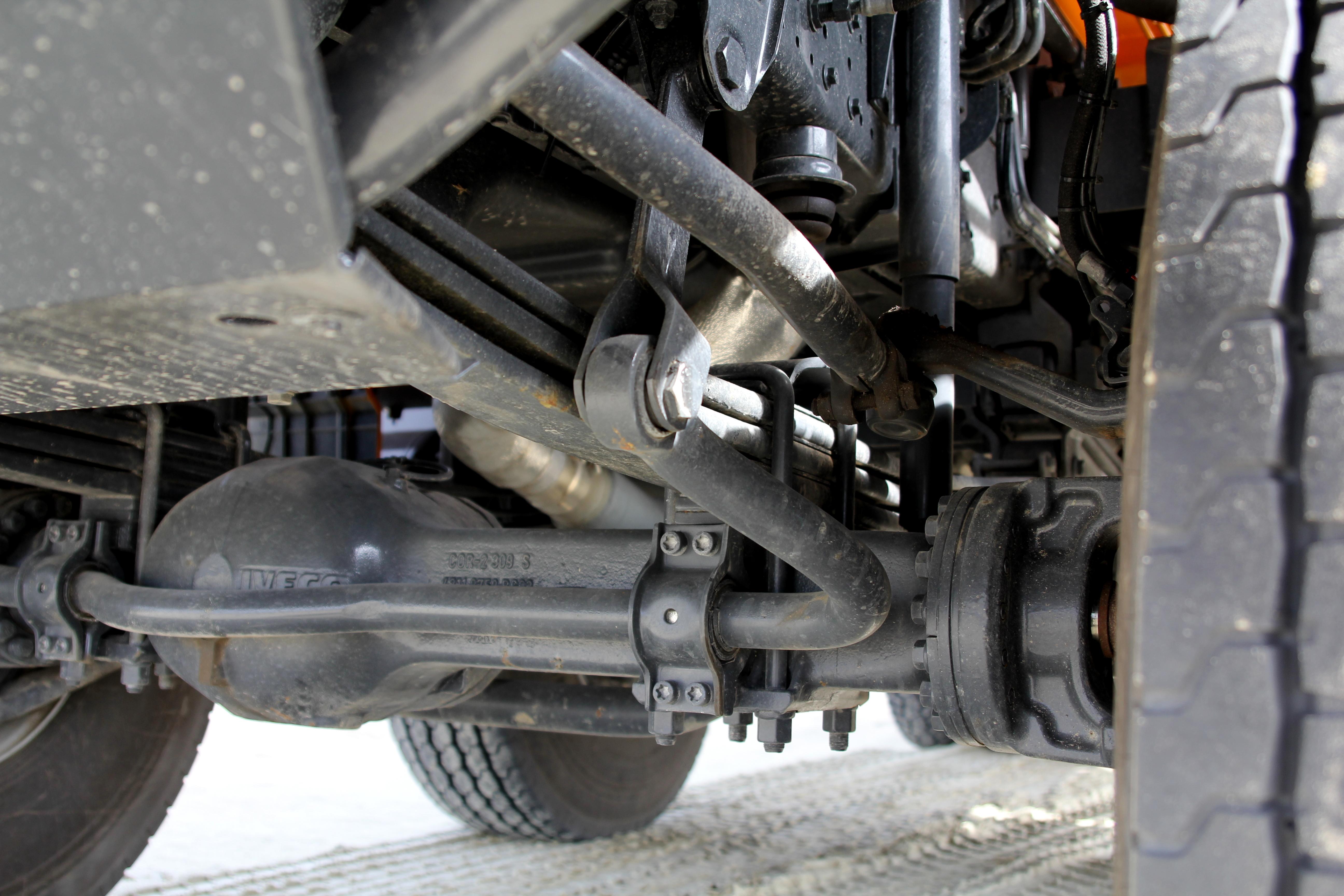<p>Staal geveerde vooras met zware stabilisatievan Iveco.</p>