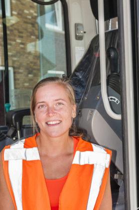 De machinist van de maand augustus van vakblad Bouwmachines is Ginger Dielemans van G & F Infra. Deze dame draait op een Takeuchi TB250