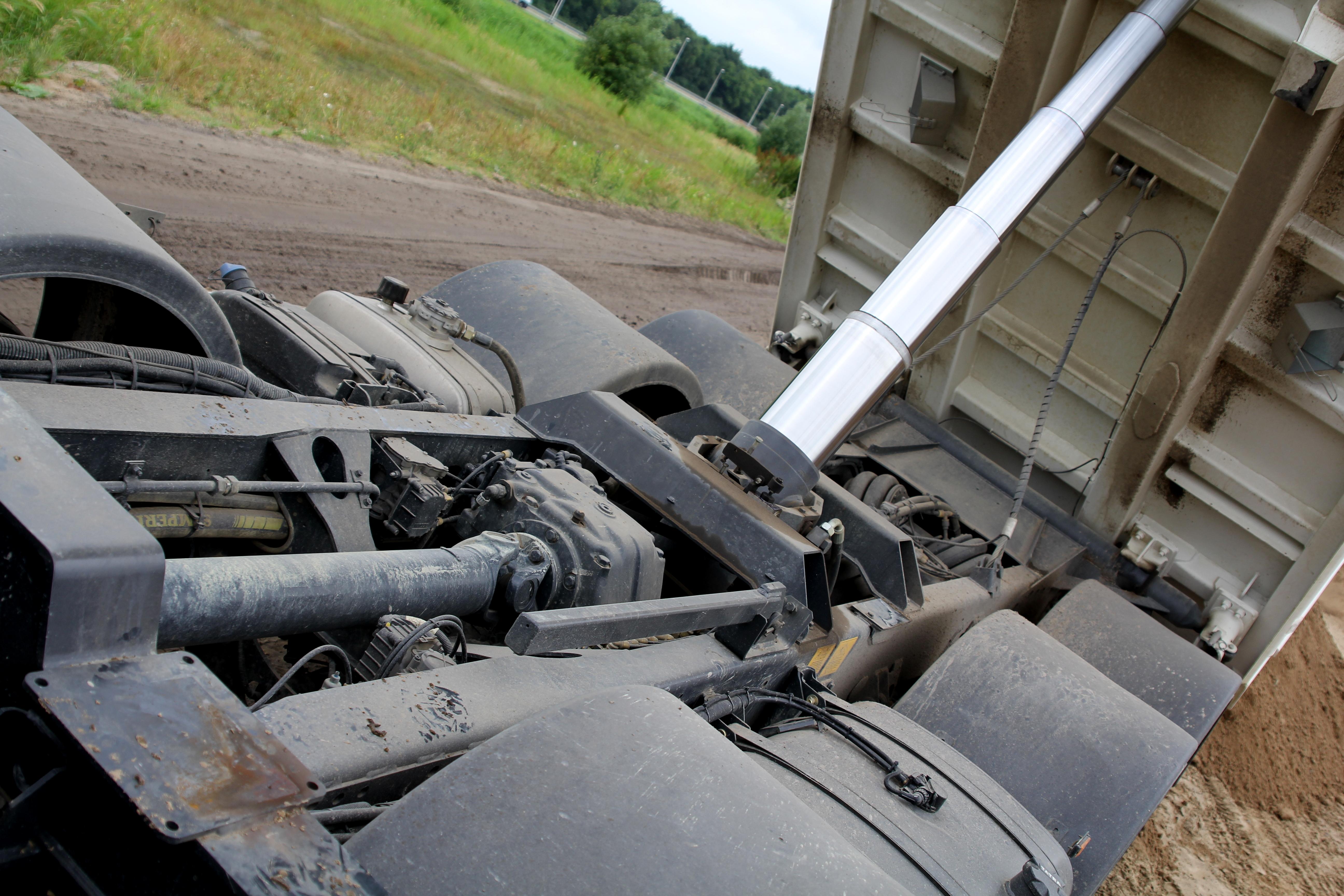 <p>OpvallendbijTatrais de eigen tussenbak die hoog in het chassis gemonteerd is.</p>